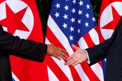 Historischer Händedruck: Kim Jong Un und Donald Trump beim Gipfeltreffen in Singapur. (AP Photo/Evan Vucci)