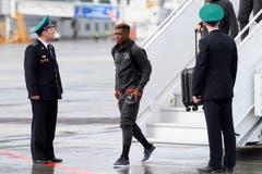 Francois Moubandje verlässt das Flugzeug. (Bild: Laurent Gilliéron / Keystone (Samara, 11. Juni 2018))
