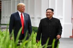 Donald Trump und Kim Jong Un wirken gelassen auf einem Spaziergang nach dem gemeinsamen Mittagessen. (Bild: AP Photo/Evan Vucci)