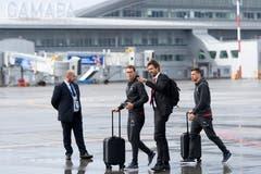 Mediensprecher Yannick Rappan (zweiter von rechts) zeigt Stephan Lichtsteiner den Weg. (Bild: Laurent Gilliéron / Keystone (Samara, 11. Juni 2018))