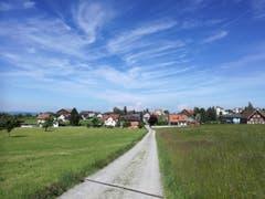Nach einem Stück durch den Wald taucht der Dorfeingang von Andwil unvermittelt auf. (Bild: Marlen Hämmerli)