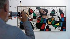 Wenn man das Kunstwerk mit der App fotografiert, erfährt man den Preis. (Bild: Georgios Kefalas/Keystone (Basel 12. Juni 2018))