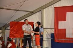 Imelda Stadler bedankt sich bei OK-Präsident und Ratsschreiber Andreas Breitenmoser.