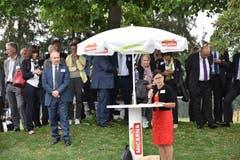 Imelda Stadler spricht beim Apéro zur Lütisburger Bevölkerung. Regierungspräsident Stefan Kölliker (links) hört gespannt zu. (Bilder: Timon Kobelt)