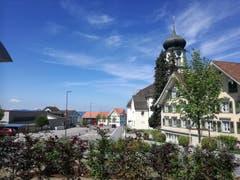 Vom Andwiler Zentrum aus geht es an der Kirche vorbei bis zum Schulhaus, wo der Wanderweg wiederum nach rechts abbiegt. (Bild: Marlen Hämmerli)