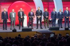 Alle Finalisten des Prix SVC Zentralschweiz 2018 auf einem Blick: (Von links) Jürg Balsiger (Stanserhorn-Bahn AG), Sepp Knüsel (Rigitrac Traktorenbau AG), Hans Aschwanden (Bergkäserei Aschwanden), Moderator Nik Hartmann, SVC Regionenleiter Zentralschweiz Christoph Baggenstos, Rony Arnold (Bruno's Best AG), Christoph und Tobias Meyer (Seven-Air Gebr. Meyer AG) und Ueli Jost (Veriset AG). (Bild: Eveline Beerkircher)