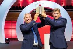 Die strahlenden Sieger: Tobias (links) und Christoph Meyer von Seven-Air Gebr. Meyer AG mit der Prix SVC Siegerskulptur auf der Bühne des KKL. (Bild: Eveline Beerkircher)