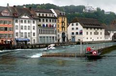 Polizei fährt durch das Reusswehr in Luzern (Bild: Walter Buholzer)