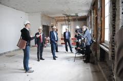 Die Bau- und Abbrucharbeiten im Regierungsgebäude laufen seit sechs Wochen. Patrik Rohrer, Bauleiter und Architekt führt Vertreter des Kantons und der Nidwaldner Kantonalbank durch das Gebäude.