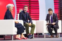 Jury-Mitglied Martina Krummenacher auf der Bühne mit Bruno's Best CEO Rony Arnold (Mitte) und Moderator Nik Hartmann. (Bild: Eveline Beerkircher)