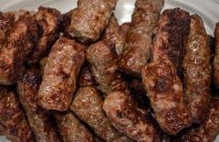 Klassiker und beliebter Imbiss: die Fleischröllchen Cevapcici.