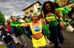 Karnevalsstimmung an der Festmeile in Weggis. (Bild: Michael Buholzer (28. Mai 2006))