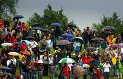 Die Fans rund um das Thermoplan Stadion in Weggis, trotzen während des Testspiels Brasilien - Fluminense U20 dem starken Regen. (Bild: Archiv LZ (28.Mai 2016))