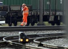 Bahnmitarbeiter organisieren vor dem Bahnhof Schwyz den Abtransport eines Güterzuges. (Bild: Geri Holdener, Bote der Urschweiz)