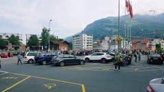 Passagiere beim Bahnhof Arth-Goldau warten auf einen Anschluss. (Leserbild: Christoph Omlin)