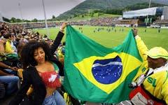 Publikumsmagnet: Tausende Fans und Interessierte beobachten die Brasilianische Fussball-Nationalmannschaft beim Training. (Bild: Archiv LZ (25. Mai 2006))