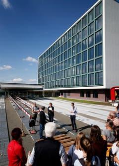 Besichtigung Erweiterung Kantonsschule Menzingen: Das Bauforum Zug besichtigt mit Interssierten den Neubau des Gymnasium Menzingen. (Bild: Stefan Kaiser (Menzingen, 14 Juni 2018))
