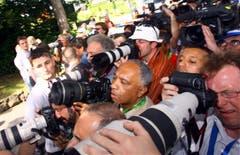 Ein Bild der Stars: Fotografen und andere Medienschaffende drängen sich vor dem Park Hotel in Weggis, dem Quartier der Brasilianer. (Bild: Archiv LZ (25. Juni 2006))