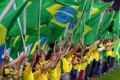 Schulkinder und Einheimische schwenken an der offiziellen Eröffnung des Stadions Brasilianische Fahnen. (Bild: Archiv LZ (23. Mai 2006))