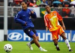 Ronaldinho (links, FC Barcelona) in einem Testspiel gegen Fluminense U20 in Weggis. (Bild: Archiv LZ (28. Mai 2006))