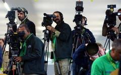 Medienspektakel: TV-Teams an der Pressekonferenz der Brasilianer in Weggis. (Bild: Archiv LZ (23. Mai 2006))