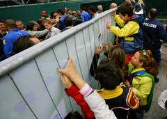 Hunderte Schaulustige ohne Tickets versuchten durch durch die Sichtschutze einen Blick auf das Training der Brasilianer zu erhaschen. (Bild: Archiv LZ (25. Mai 2006))