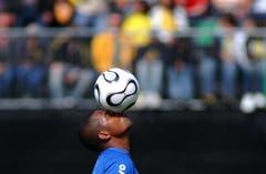 Ballgefühl: Der Brasilianische Nationalspieler Robinho (damals Real Madrid) beim Training in Weggis. (Bild: Archiv LZ (25. Mai 2006))