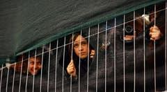 Gespanner Blick. Zuschauer ohne Tickets beim Weggiser Stadion (Bild: Archiv LZ (25. Mai 2006))