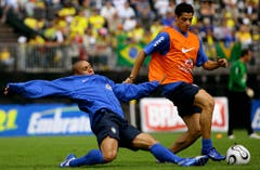 Roberto Carlos (links, damals Real Madrid) und sein Real-Teamkollege Cicinho beim Training in Weggis, beobachtet von tausenden Fans. (Bild: Archiv LZ (25. Mai 2006))