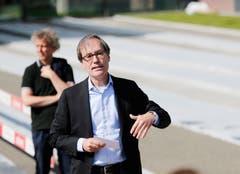 Kantonsbaumeister Urs Kamber informiert über die Baustelle. (Bild: Stefan Kaiser (Menzingen, 14 Juni 2018))