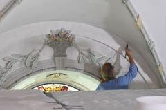 Der Maler geht mit einem erstaunlich kleinen Pinsel zu Werke.
