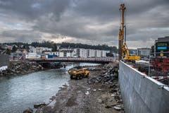 Blick flussaufwährts der Emme mit den neuen Schutzwänden. Die Brücke ist das letzte Element der neuen Verkehrsführung welches noch gebaut wird. (Boris Bürgisser, 18. Oktober 2016)