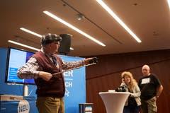 Kabarettist Veri hantiert während seiner Erklärstunde mit dem Selfie-Stick. (Bild: Jakob Ineichen, Stans, 16.06.2018)