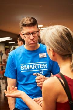 Chefredaktor Jérôme Martinu im Gespräch mit einer Leserin. (Bild: Jakob Ineichen, Stans, 16.06.2018)