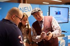 Der Kabarettist Veri erklärt den Länderpark-Besuchern die neue Website und App der Luzerner Zeitung. (Bild: Jakob Ineichen, Stans, 16.06.2018)