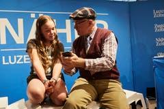 «Schau mal, so einfach!»: Kabarettist Veri erklärt einer jungen Dame die LZ-App. (Bild: Jakob Ineichen, Stans, 16.06.2018)