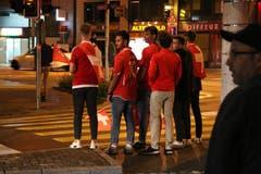 Schweizer Fans am Schibenertor auf dem Weg nach Hause. (Bild: Reto Voneschen)
