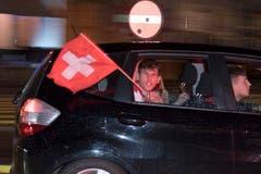 Rotweisse Fahne und rotweisses Verkehrssignal. (Bild: Urs Bucher)