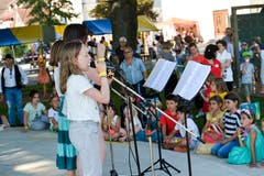 Schülerinnen singen auf der Bühne beim Seeschulhaus.
