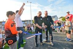 Sponsorenvertreter eröffnen die Pumptrack offiziell. Schulleiter Markus Rüegge (zweiter von links) freut's.