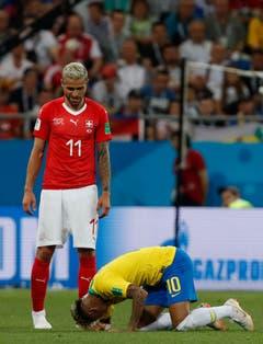 Behrami und Neymar nach einem Zweikampf. (Bild: AP Photo/Darko Vojinovic)