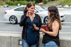 UZ-Redaktorin Carmen Epp (rechts) holt sich Tipps von Rennfahrerin Cyndie Allemann ... (Bild: Philipp Schmidli/Freelancer, (Seelisberg, 17. Juni 2018))