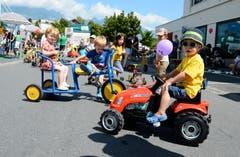 Verschiedene Kinderfahrzeuge werden rege benutzt.