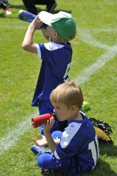 Fussballspielen macht durstig. (Bild: Urs Nobel)