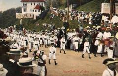 Eine 1903 gelaufene Ansichtskarte mit einer Bubenklasse ganz in weiss.