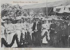Gruppenbild auf dem Kinderfestplatz, als Ansichtskarte gelaufen 1903. Neben den Blumenmädchen fällt in der Bildmitte der beschnauzte Lehrer mit Strohhut auf. Rechts haben sich Buben in Kadettenuniformen unters Publikum gemischt.