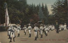 Bereitstellung zum Umzug vor 1914: Waisenkinder mit Fähnrich und geschmückten Werkzeugen stellen sich vermutlich im Kantonsschulpark bereit.