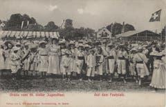 Aus der gleichen Ansichtskartenserie vor 1914: Mädchen und Buben auf dem Festplatz.