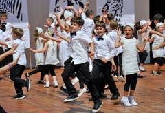 Kinderfest vom 12. Juni 2015: Die Darbietung des Primarschulhauses Halden auf der Bühne Ost. (Bild: Donato Caspari)