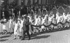 Kinderfestumzug Anfang der 1930er-Jahre: Die Mädchen tragen keine Hüte mehr, sonst hat sich gegenüber der Zeit vor dem Ersten Weltkrieg wenig verändert.